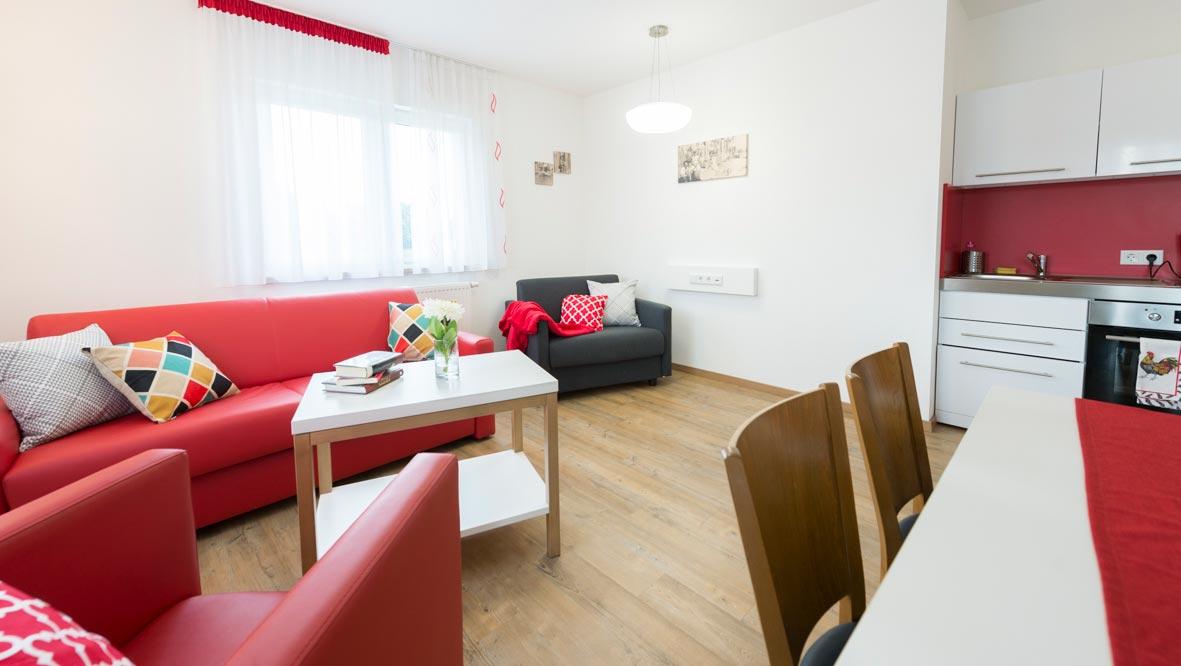 Appartement mit Küchenzeile, Sofa und Esstisch